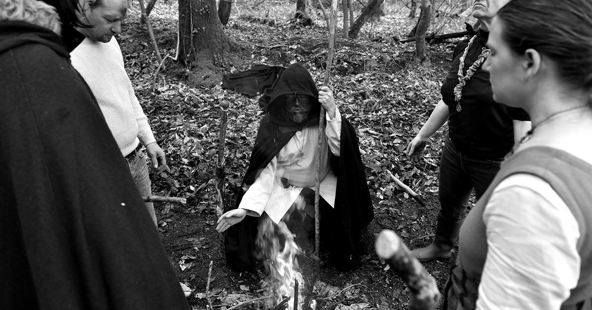 Le Pre^tre de Cernunnos devant le feu de la Vie durant une cérémonie dédiée au Cornu
