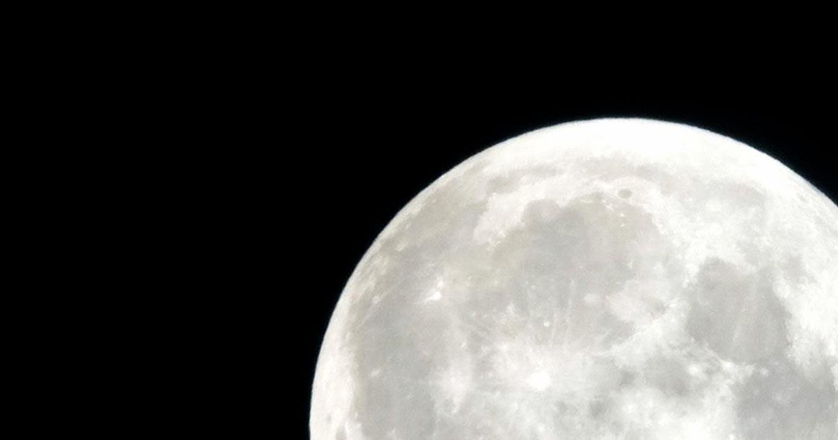 La lune qui se lève en l'honneur de la Déesse des Cycles Belisama