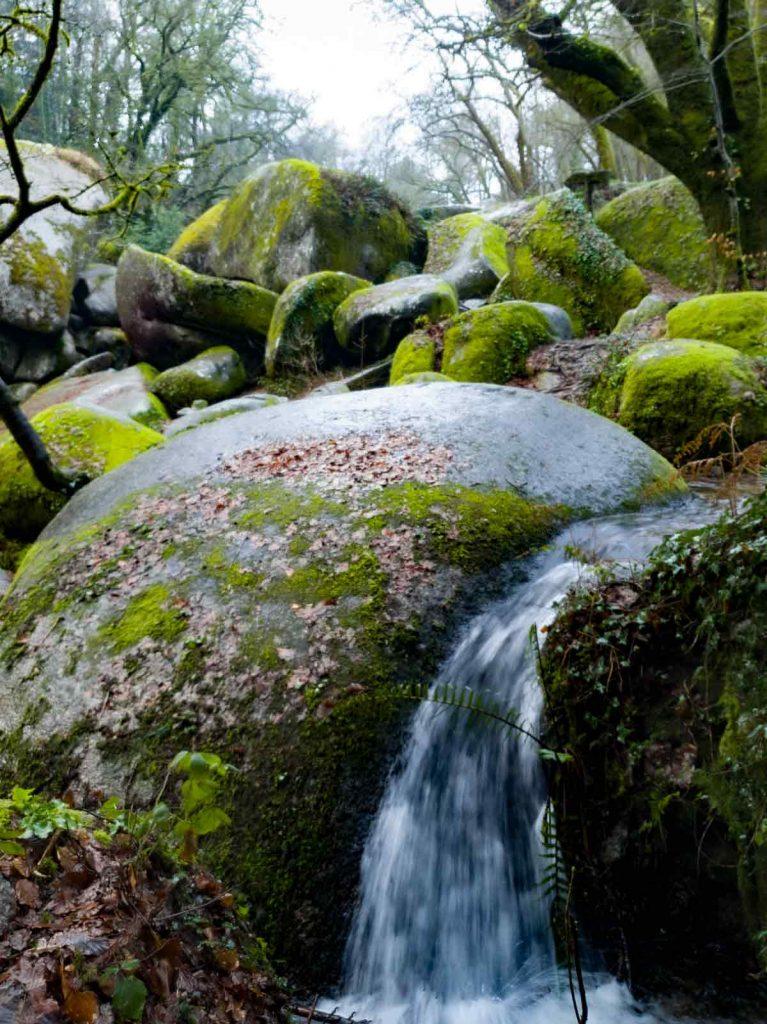 Chaos rocheux de la Déesse serpente Mélusine. On voit une petite cascade entre les rochers de granit du chaos rocheux.