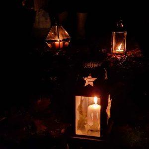 Lanternes en l'honneur d'Ahes en procession dans la nuit