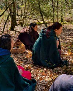 Sacerdotes assis dans le cercle de la Pleine Lune de la Vie