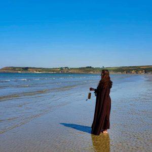 Saomma joue du carillon sur la plage lors de la Fête des Eaux