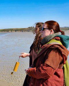Sacerdotes recueillis face à la Baie d'Ys lors de la Fête des Eaux