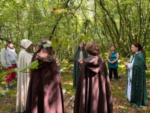 Les sacerdotes entonnent la prière druidique