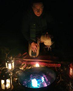 Recueillement devant le chaudron magique de Keriwena